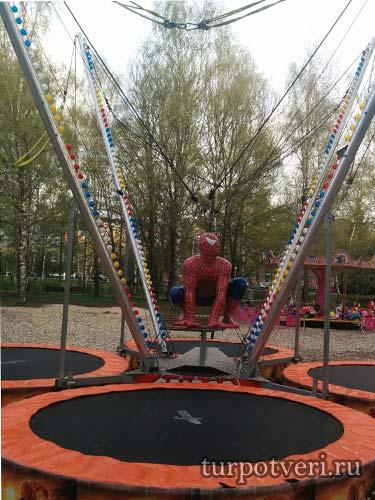 Аттракцион человек-паук в Парке Победы в Твери