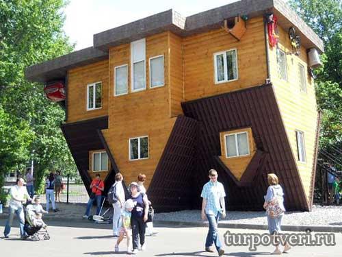 Дом вверх ногами в Москве