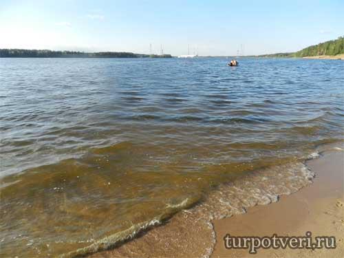 После источника сразу находится берег Волги