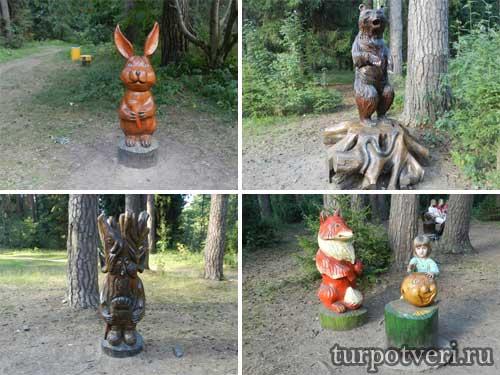 Деревянные герои из сказок в Конаковском бору