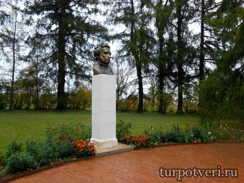 Памятник Пушкину в Берново