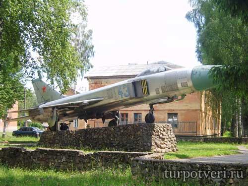 Памятник-самолет СУ-15 в военном городке Андреаполя