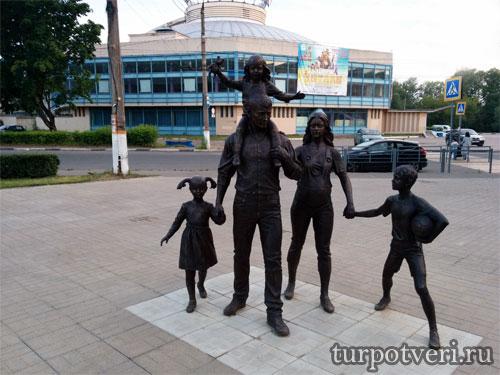 В Твери появился памятник семье около цирка