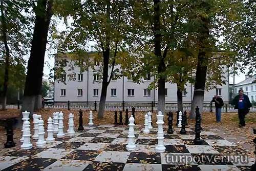 Шахматные фигуры в Городском парке в Западной Двине