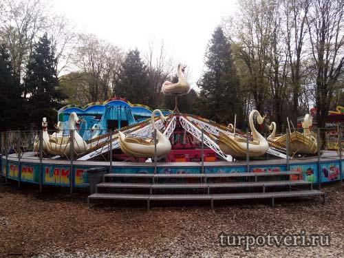 Аттракцион лебеди в Парке Победы в Твери