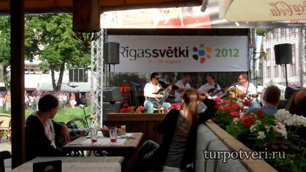 kafe-v-staroy-Rige-s-zhivoy-muzyikoy