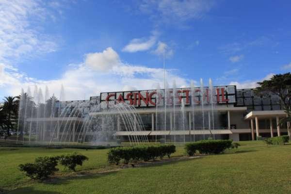 kazino-i-fontanyi-pered-nim