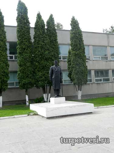 Памятник Калинину у Дворца детей и молодежи