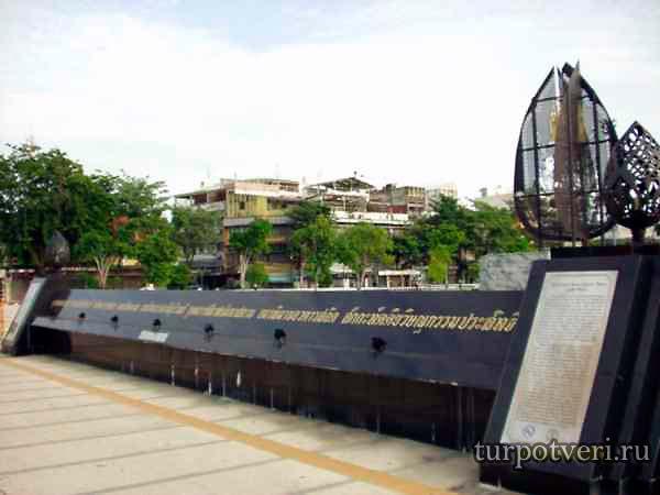 polnoe-nazvanie-Bangkoka-na-monumente-u-zdaniya-gorodskoy-administratsii